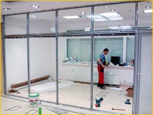Начало установки алюминиевых перегородок со стеклом