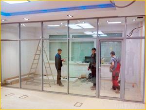 Завершение установки перегородки и монтаж стекол
