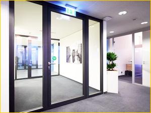 Дверь в офисе из алюминия и стекла