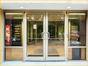Входная дверь в офисное здание, материал алюминий