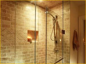 Душевая перегородка в квартиру из цельного матового и прозрачного стекла