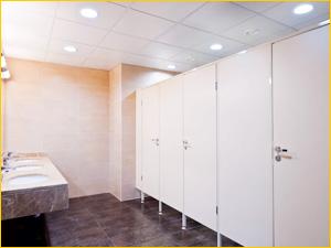 Ламинированные и пластиковые перегородки в общественный туалет ресторана