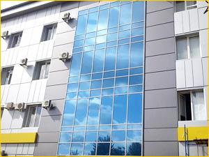Фасад жилого здания из прочного стекла