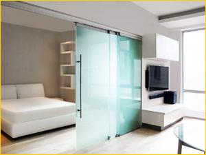 Стеклянная перегородка между спальным местом и гардеробной