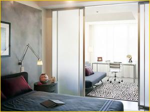 Перегородка из стекла для разделение одной комнаты в две
