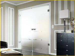 Дверь из стекла между спальней и рабочим кабинетом в квартире