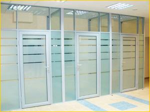 Стеклянные каркасные перегородки с дверьми