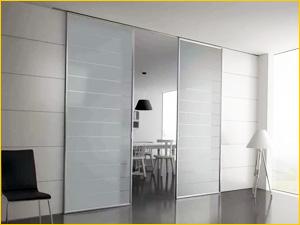 Раздвижные межкомнатные двери из матового стекла и алюминия