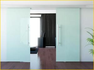 Красивая раздвижная дверь между комнатами из закаленного стекла