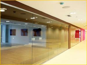 Стеклянная перегородка для создания торгового отдела в торговом комплексе
