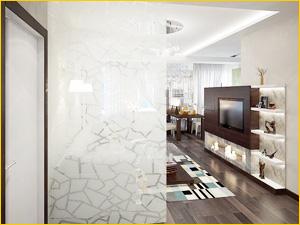 Перегородка из стекла с узором разделяет коридор и гостинную