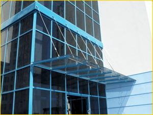 Стеклянный навес на козырек входа в офисное здание