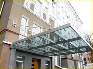 Красивый и большой козырек на административное здание из стекла