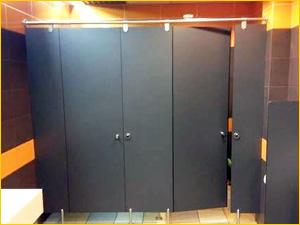 Черные туалетные кабинки в общественном туалете