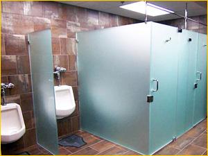 Стеклянная туалетная кабинка в туалет офисного здания