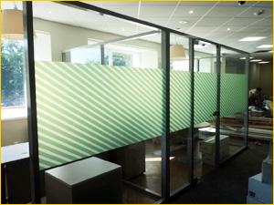Зеленая пленка на офисных перегородках из стекла