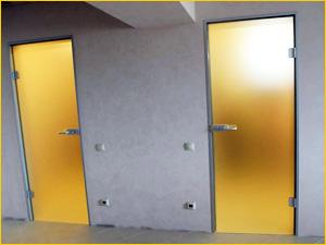 Две двери в ванную и туалет из стекла с матовым нанесением