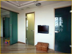 Стеклянная дверь в ванную комнату из гостинной