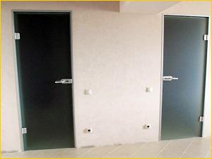 Две стеклянные двери в туалет и ванную в трехкомнатной квартире