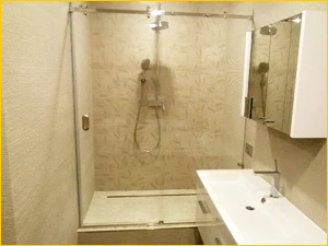 Стеклянная душевая перегородка в ванную комнату