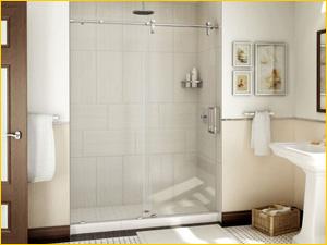 Душевая перегородка из стекла установлена в ванной комнате