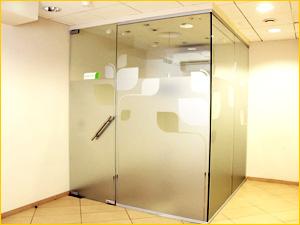 Отдельно стоящая цельностеклянная перегородка из стекла