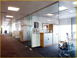 Оформление офисного помещения из перегородок со стеклом