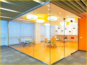 Красивая перегородка из стекла для кафе или столовой в офисе